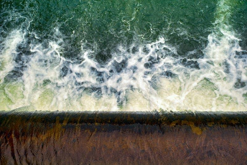 Wasser, das über die Verdammung fließt lizenzfreie stockfotos