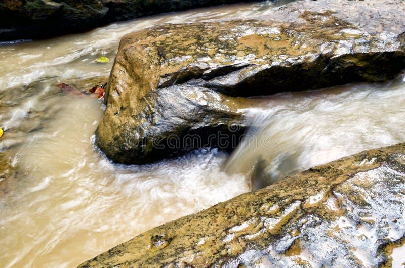 Wasser, das über Felsen läuft lizenzfreies stockbild