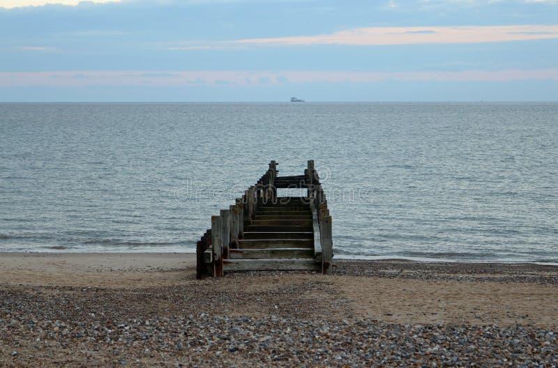 Wasser, das auf See zeigt lizenzfreie stockfotos
