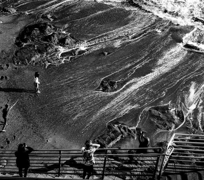 Wasser, das an Avila-Strand zurücktritt stockbild