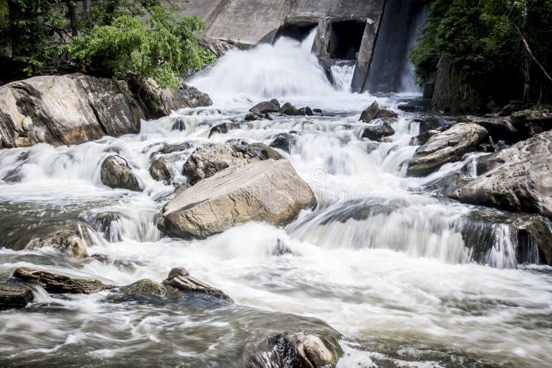 Wasser, das in einen Connecticut-Strom fließt stockfotografie