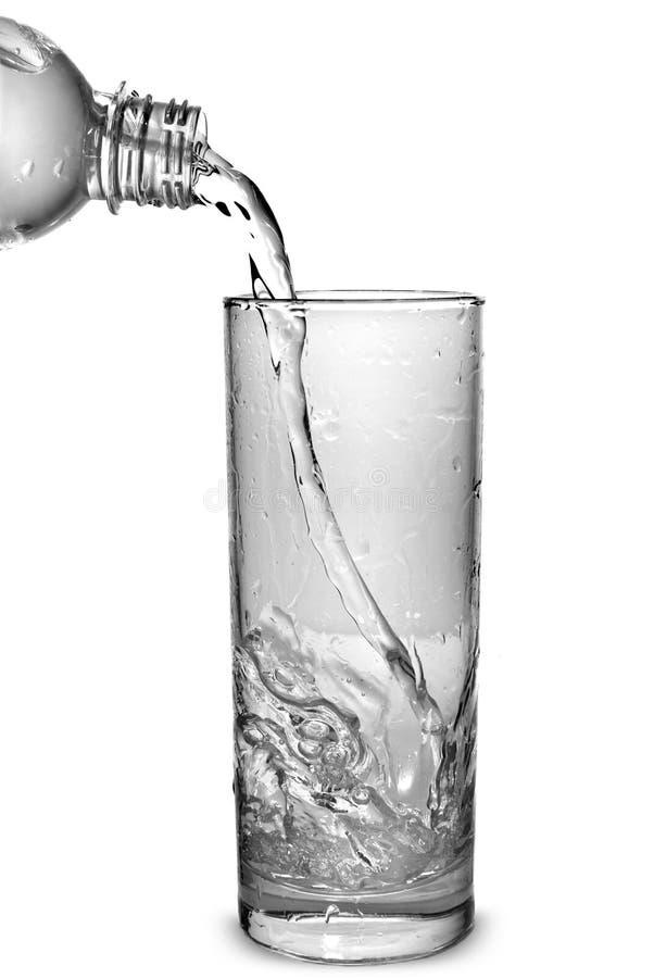 Wasser, das in Glas gießt stockfotos