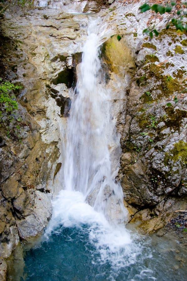 Wasser, das unten strömt lizenzfreie stockfotos