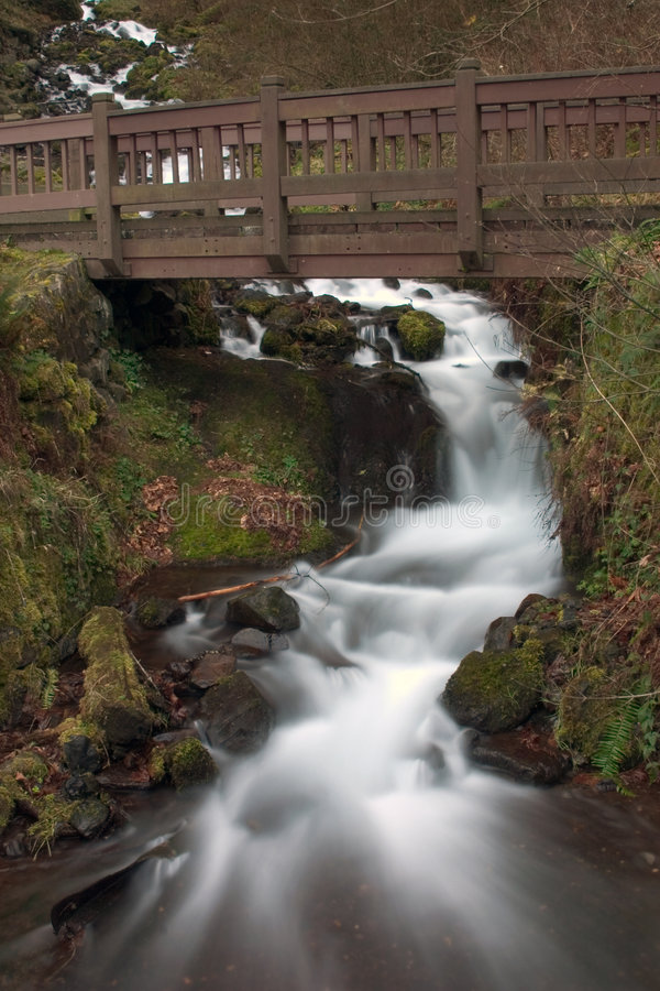 Wasser, das unter Brücke fließt. lizenzfreies stockbild