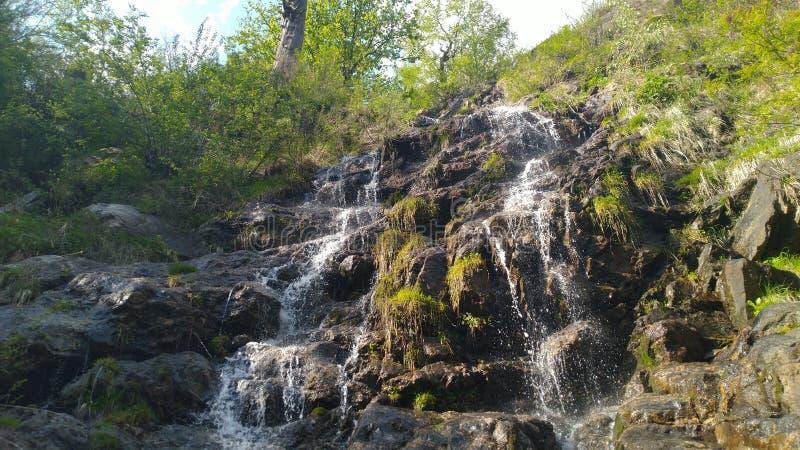 Wasser, das vom Hügel wie vielen Wasserfällen fließt lizenzfreie stockfotos
