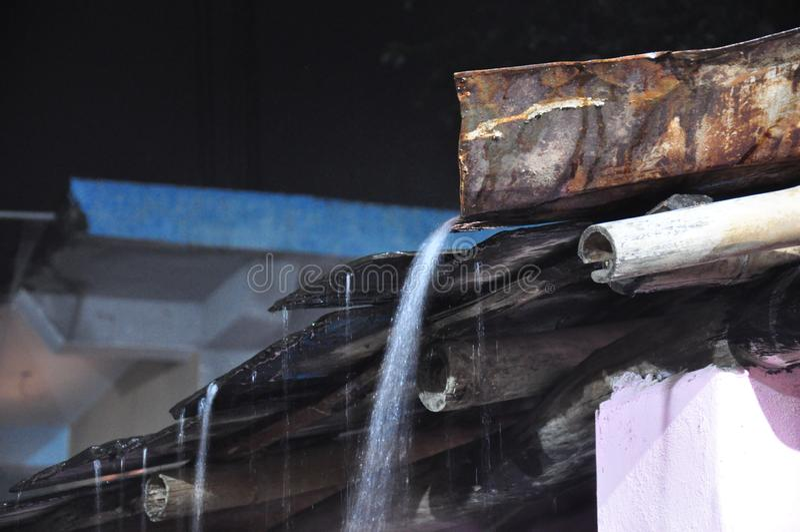 Wasser, das vom Kamin fließt lizenzfreie stockbilder