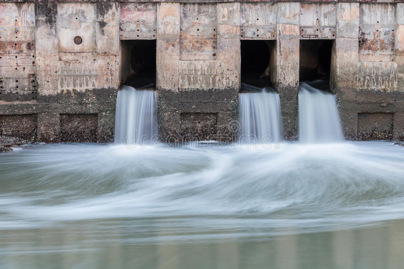 Wasser, das von Abfluss zu Fluss fließt stockbild