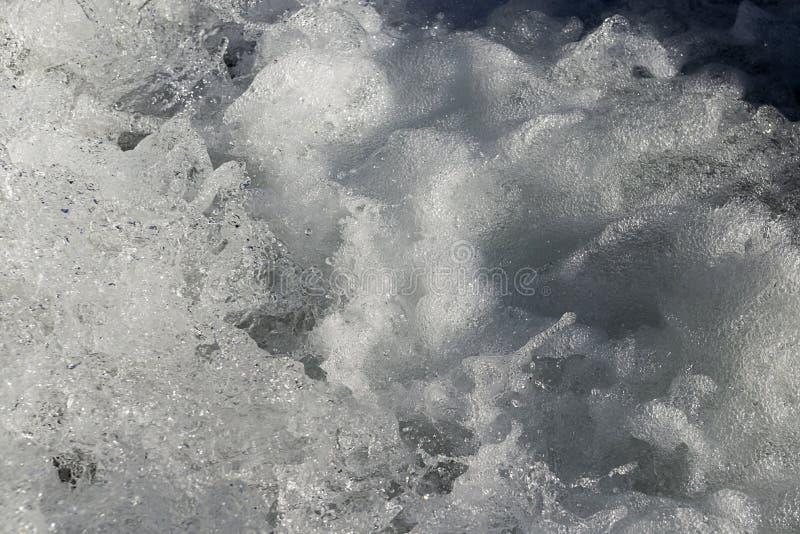 Wasser, das von der Verdammung fließt lizenzfreie stockfotografie