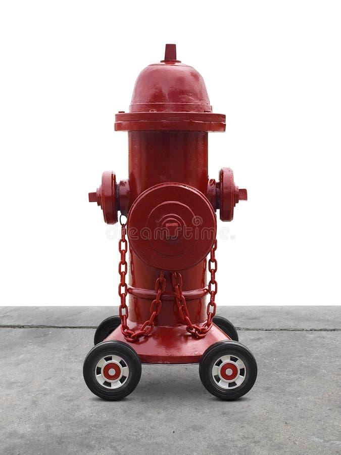 Wasser, das von einem offenen roten Hydranten fließt Getrennt auf weißem Hintergrund stockbild