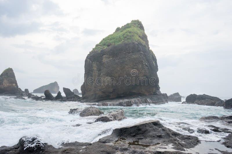 Wasser, das Wellen auf dem Meer an Papuma-Strand, Jember, Ost-Jawa, Indonesien spritzt stockbilder