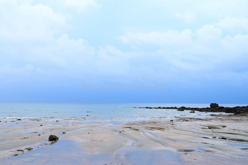 Wasser des ruhigen Sees, bewölkter Himmel und Felsen - Küstenzone am Golf von Bengalen, Indien - natürlicher Hintergrund stockfotos