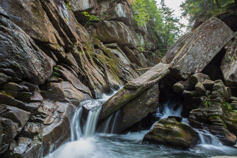 Wasser durch die Schlucht stockfotografie
