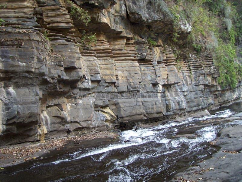 Wasser durch Felsen lizenzfreies stockfoto