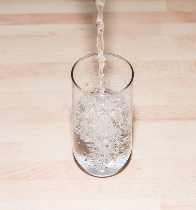 Wasser in einem Glas lizenzfreie stockbilder