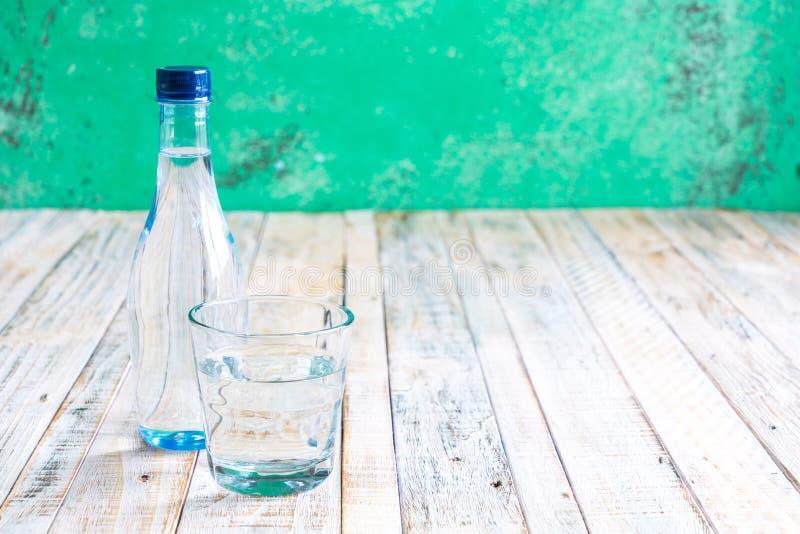 Wasser in einem Glas auf einem hölzernen lizenzfreie stockfotografie