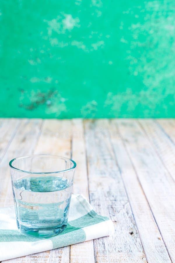 Wasser in einem Glas auf einem hölzernen stockfoto