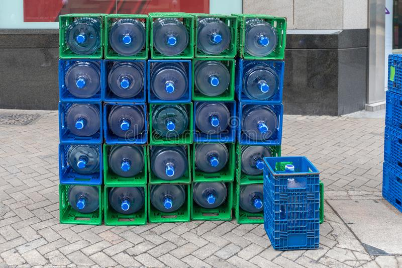 Wasser-Flaschen an der Straße lizenzfreies stockbild