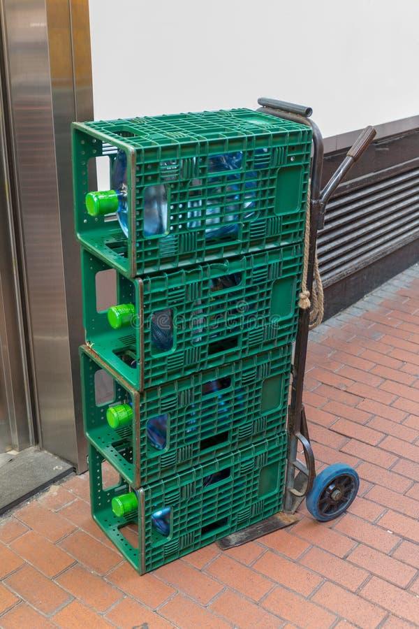 Wasser-Flaschen am Transportwagen lizenzfreies stockfoto