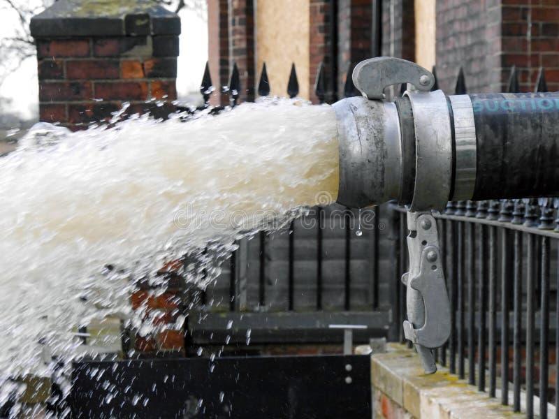 Wasser gepumpt durch Rohr stockfotografie