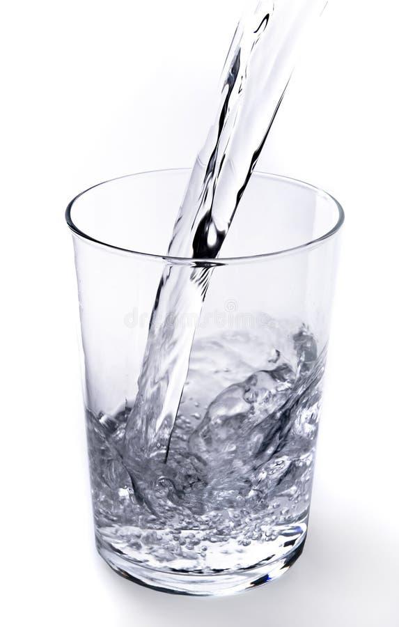 Wasser goß in das Glas lizenzfreies stockbild