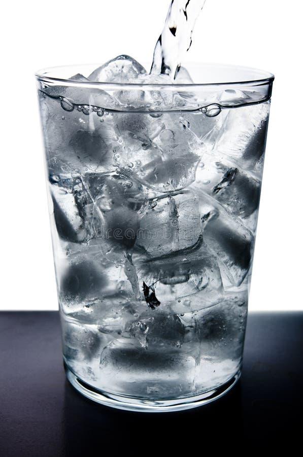 Wasser goß in Glas stockfotos