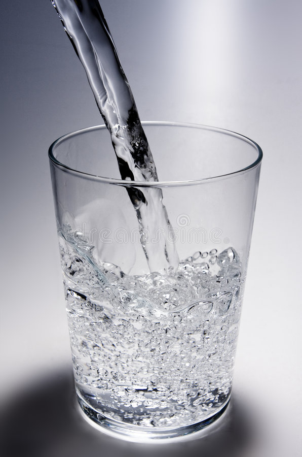 Wasser goß innen ein Glas stockbilder