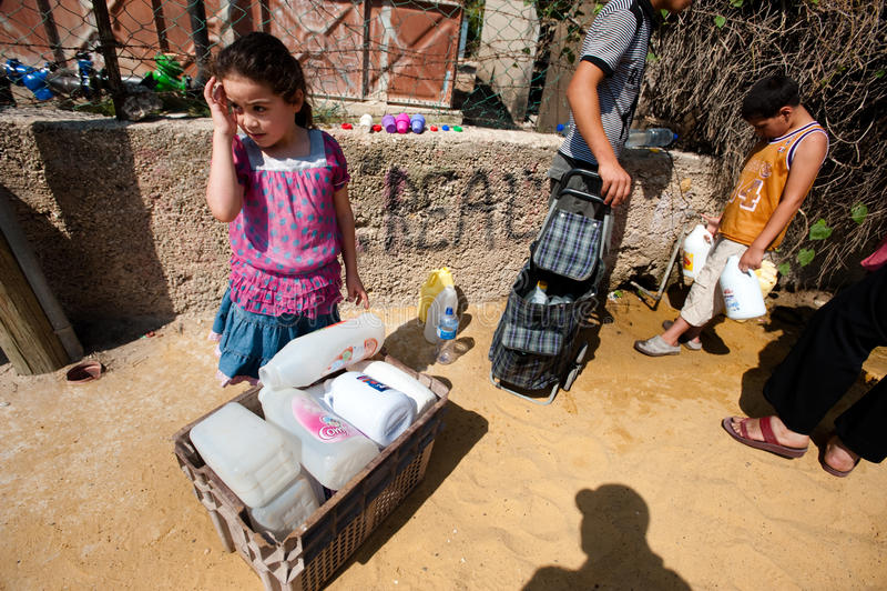 Wasser-Hahn im palästinensischen Flüchtlingslager stockfotografie