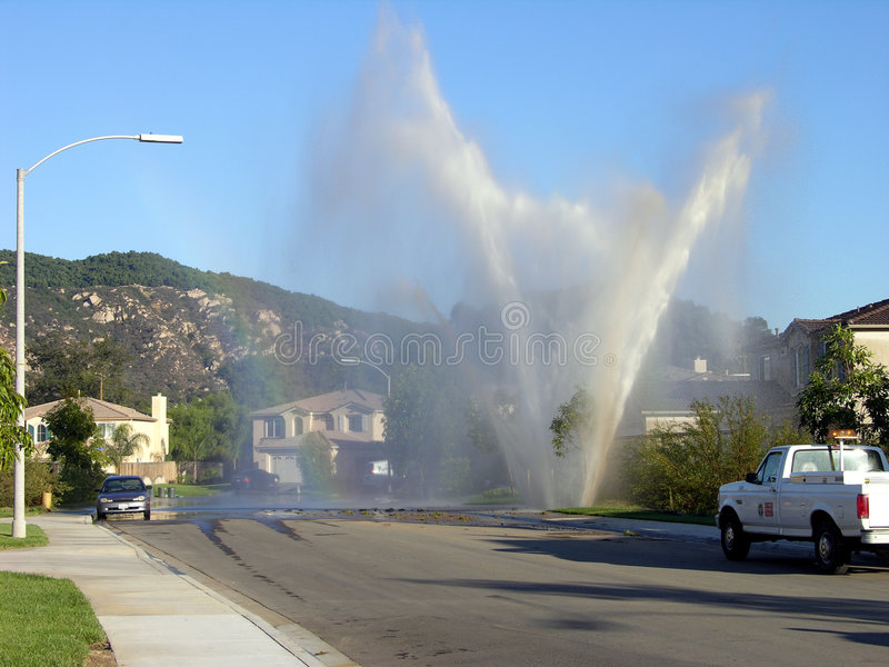 Wasser-Hauptleitungs-Explosion stockfotografie