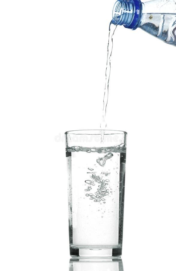 Wasser im Glas getrennt auf Weiß stockfotografie