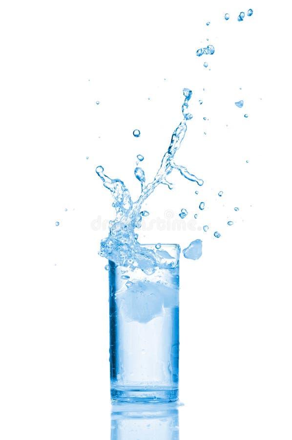 Wasser im Glas getrennt auf Weiß lizenzfreie stockfotografie