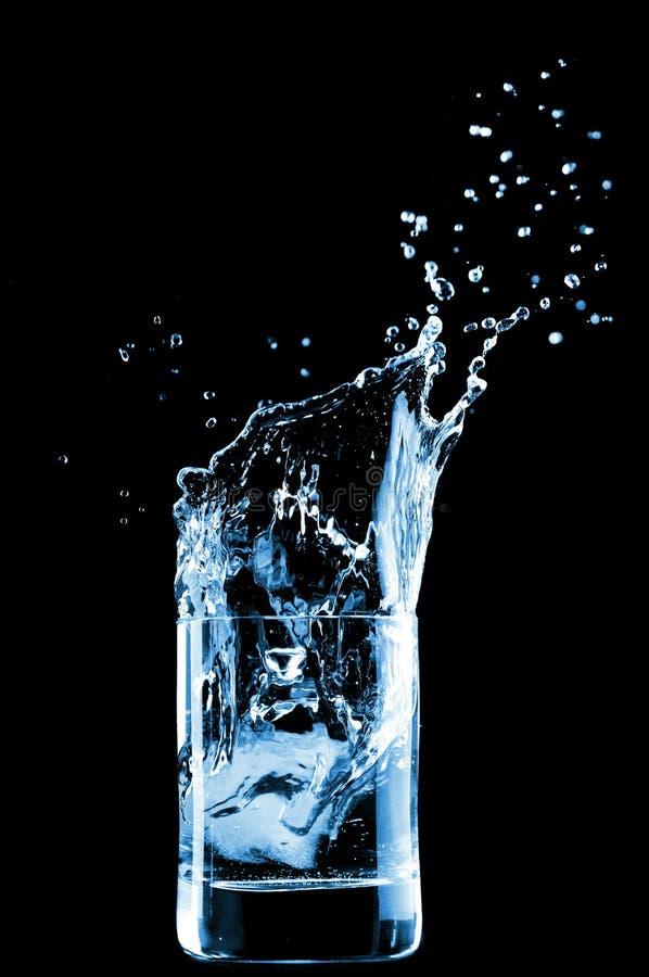 Wasser im Glas trennte lizenzfreies stockfoto