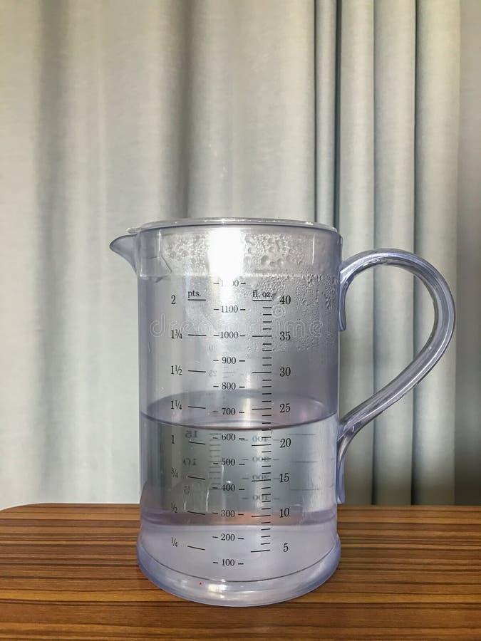 Wasser im Krug lizenzfreies stockfoto