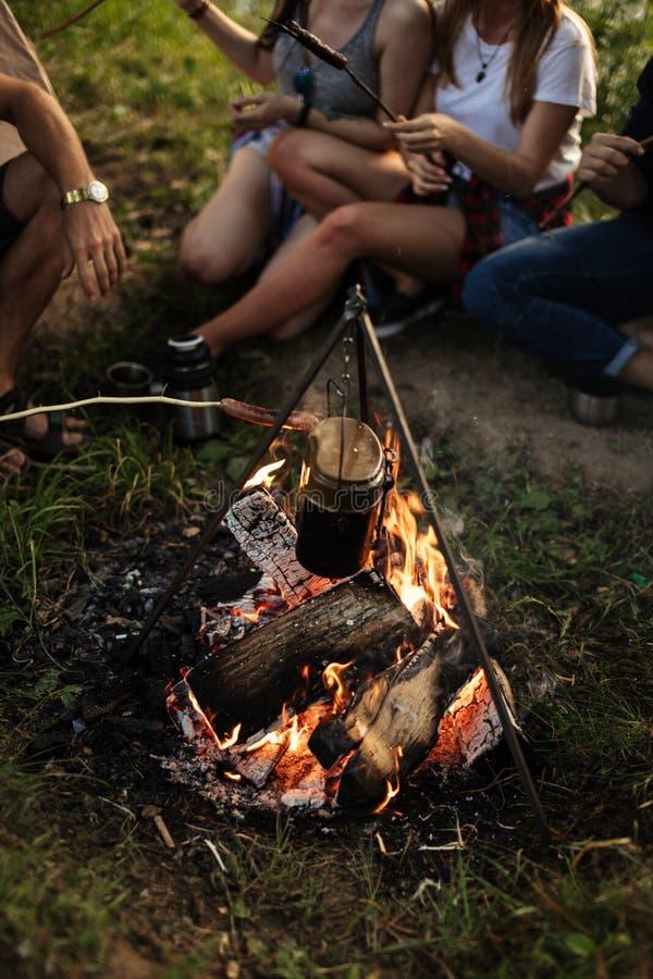 Wasser kocht im backet auf dem Feuer lizenzfreie stockfotografie
