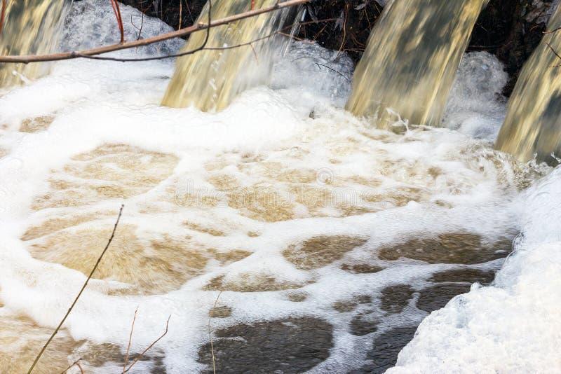 Wasser kocht und schäumt lizenzfreie stockfotos