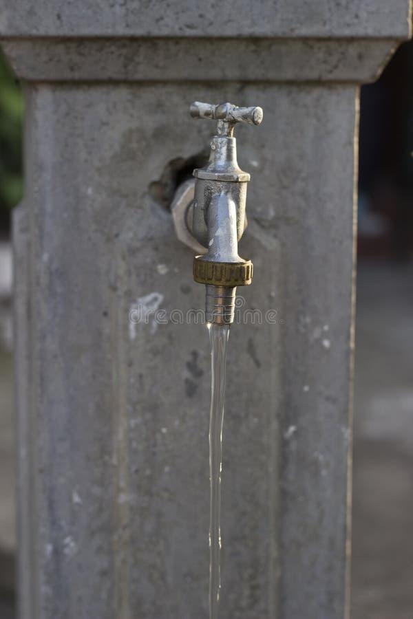 Wasser kommt vom Hahn heraus lizenzfreies stockfoto