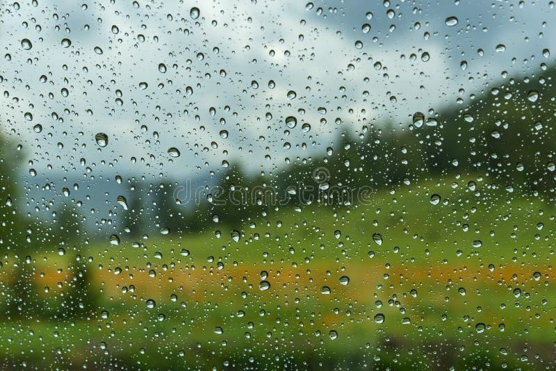 Wasser lässt Fensterregenauto fallen stockfotos