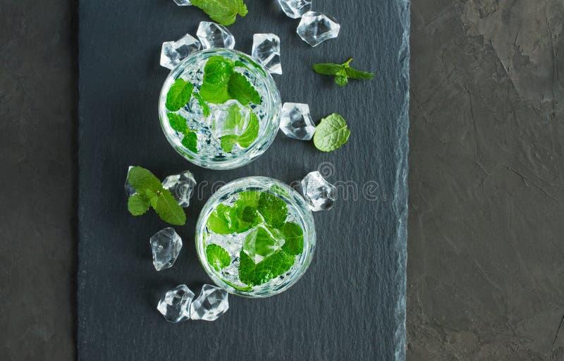 Wasser mit Eiswürfel und -minze lizenzfreies stockfoto