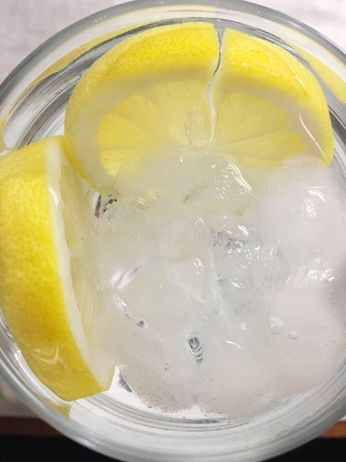 Wasser mit Zitrone stockbilder