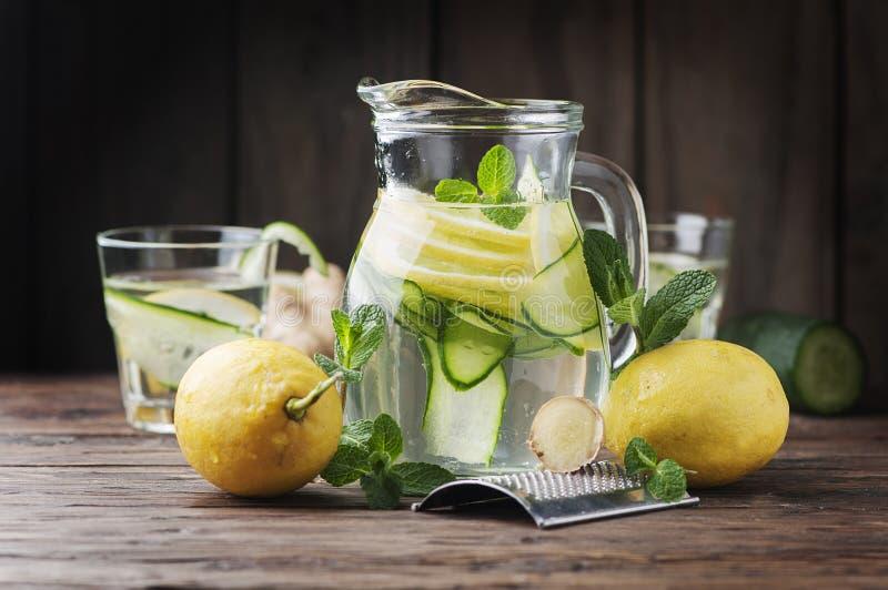 Wasser mit Zitrone, cucmber und Ingwer lizenzfreie stockfotos