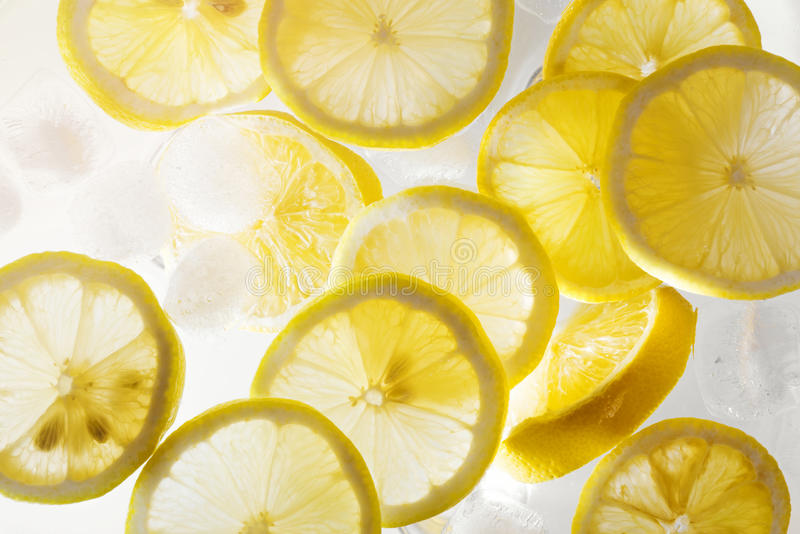 Wasser mit Zitronenscheiben und Eiswürfeln stockbild