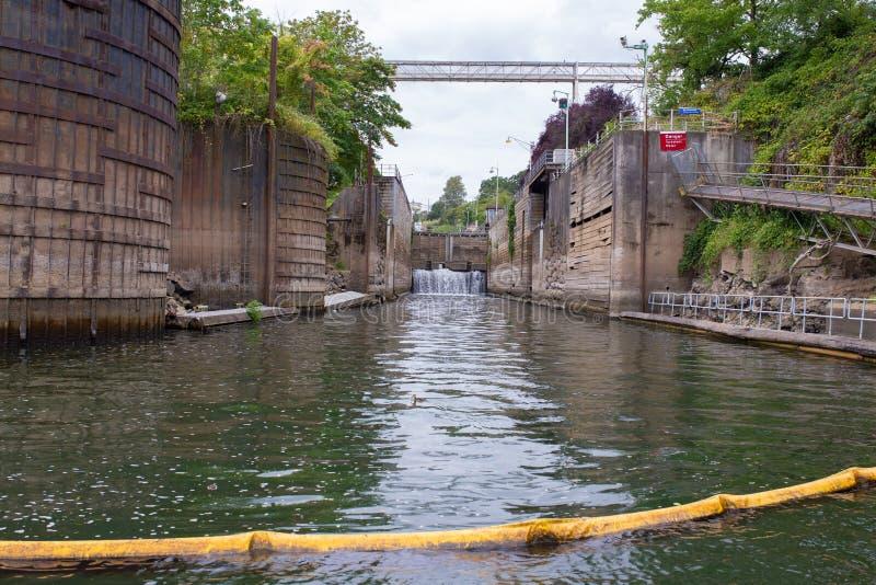 Wasser schließt Navigationsanlage auf dem Fluss zu stockfotografie