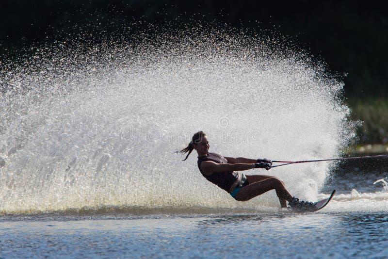 Wasser-Skifahren-Mädchen-Schwarz-Weiß Redaktionelles