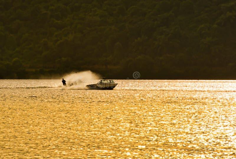 Wasser-Skifahrer an der goldenen Stunde stockbilder