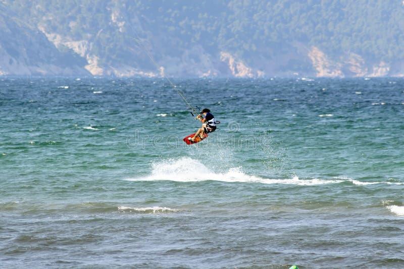 Wasser-Skifahrer in mittler-springen lizenzfreie stockfotografie