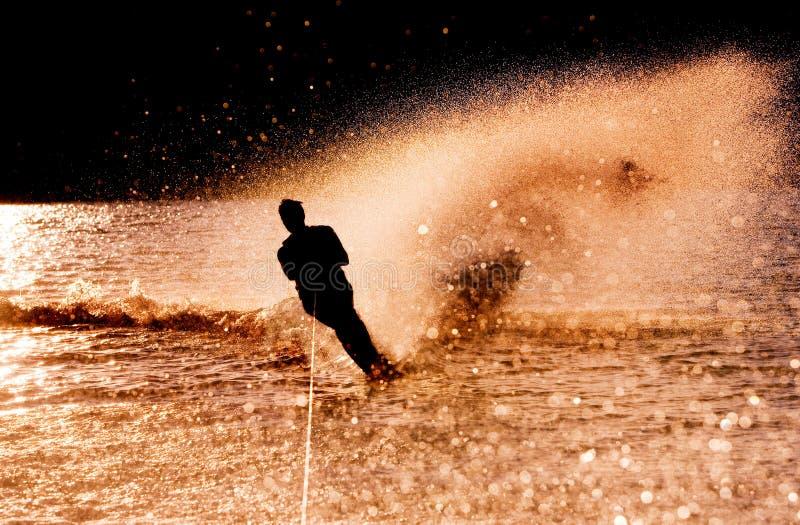 Wasser-Skifahrer-Schattenbild lizenzfreies stockfoto