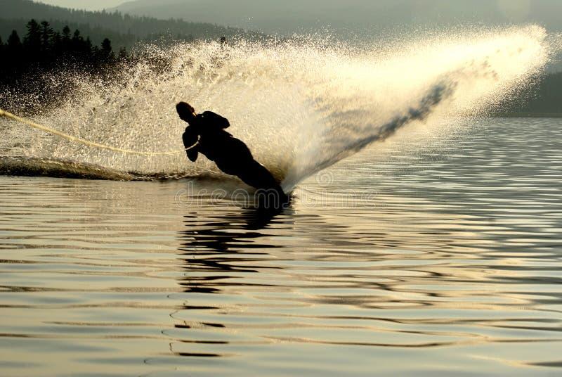 Wasser-Skifahrerschattenbild stockbild