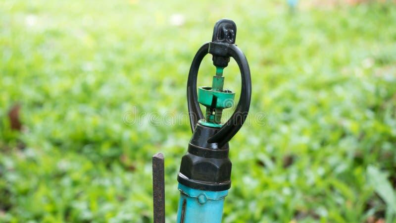 Wasser-Springer im Garten, der für Bewässerungsanlagen benutzt wird, schließen oben stockbild