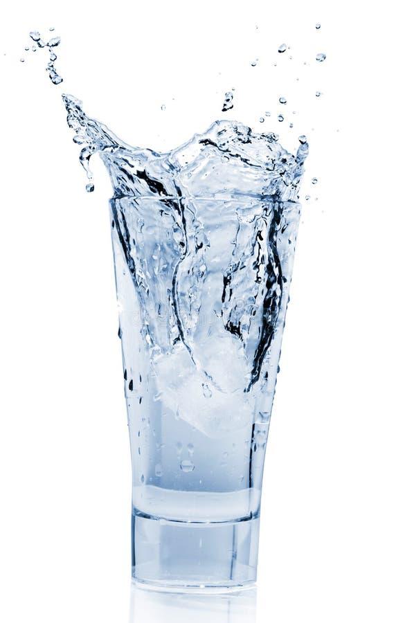 Wasser-Spritzen im Glas stockbilder
