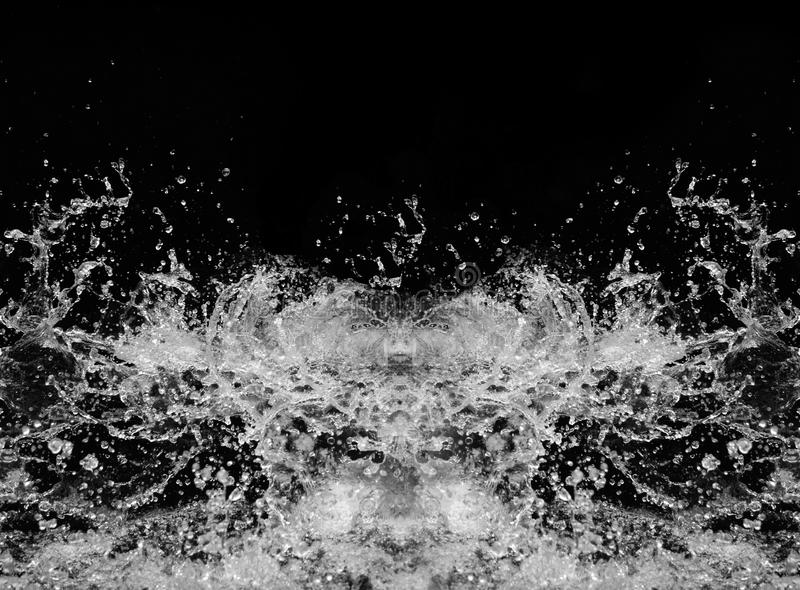 Wasser spritzt auf einem schwarzen Hintergrund lizenzfreie stockbilder