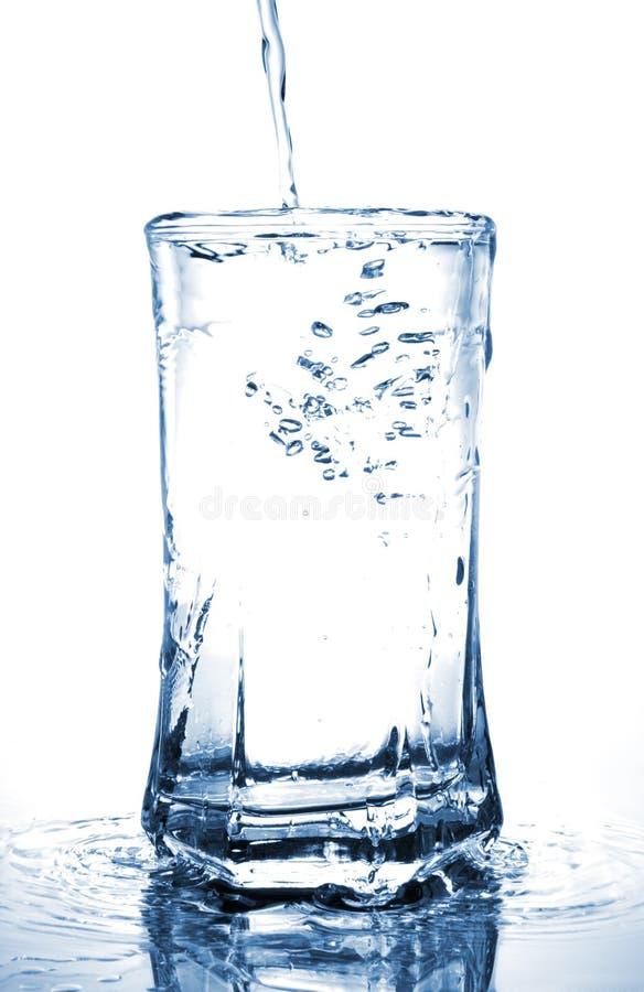 Wasser-strömender Überlauf stockbilder
